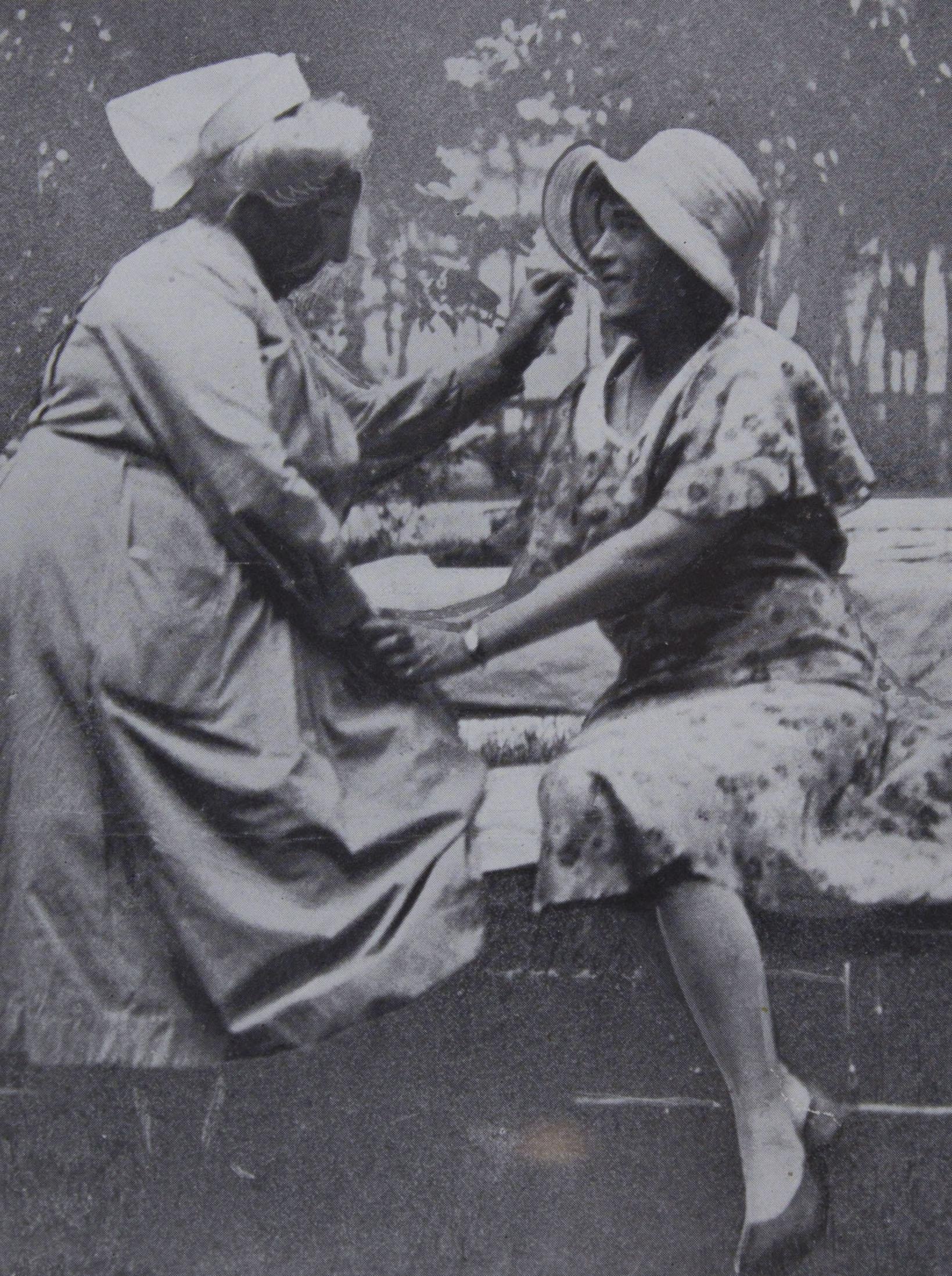 """Lili Elbe im Park der """"Staatlichen Frauenklinik''                                     zu Dresden zusammen mit der Frau Oberin im Juni 1930 Nach der                     Operation"""